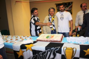 Davanti a torta bianconera e spumante Ferruccio Ranieri, presidente Juceventus Club Satiano