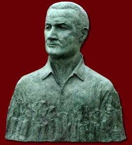 Busto di Antonino Calabretta sistemato sulla facciata dell'ITE Calabretta