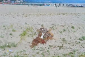 FOTO NEWS | Soverato – Degrado e rifiuti sulla spiaggia libera
