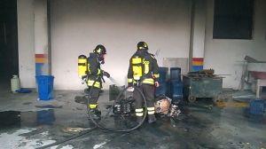 Catanzaro – Vigili del Fuoco domano l'incendio di un garage