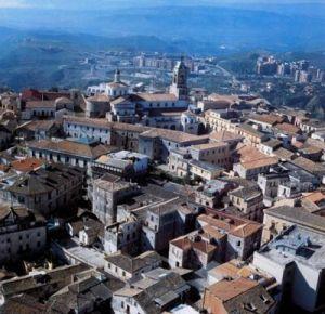 Catanzaro – Pericolosa gru su Viale Lucrezia della Valle