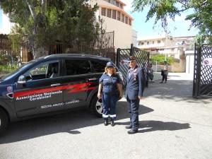 Il coordinatore Mar. Ranieli e la Volontaria davanti la scuola Vivaldi di via Crotone