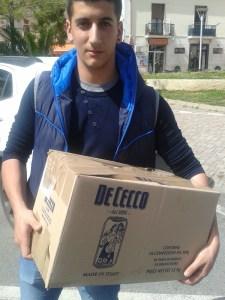 """""""Universo Minori"""" regala prodotti alimentari a un ragazzo che vive una situazione economica difficile"""