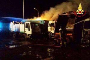 Camion-rifiuti-in-fiamme