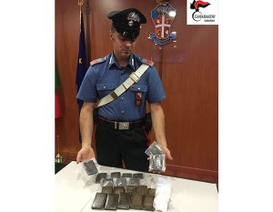 In auto con 2 chili di hashish e cocaina, arrestato 25enne