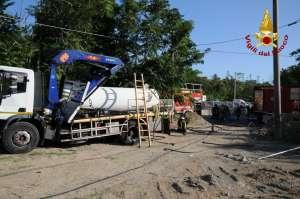 Incidente di un camion con cisterna di gas, intervento dei Vigili del fuoco