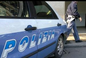 Insulta e minaccia poliziotti con un coltello, arrestato