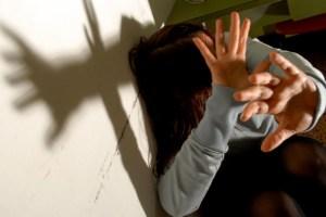 Sfonda la porta della ex e la minaccia, arrestato
