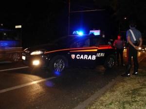 Raffica di kalashnikov contro un'auto, un ferito lieve