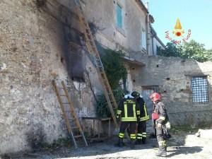 Incendio in un casolare, intervento dei Vigili del Fuoco
