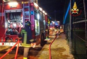 Intimidazione a un'impresa nel catanzarese, in fiamme una betoniera. Raffica di proiettili sui camion