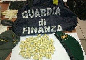 In viaggio sul bus con 55 ovuli di eroina, arrestato