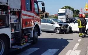 Scontro tra tre auto sulla Statale 106, ferite due donne e una bambina