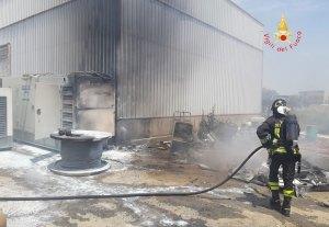Cropani – Incendio nel piazzale di una ditta, distrutto materiale elettrico