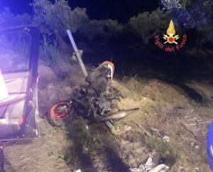 Scontro auto con uno scooter sulla Ss 106, muore un diciottenne