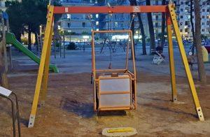 Soverato – L'altalena installata per i disabili viene usata dai bimbi normodotati