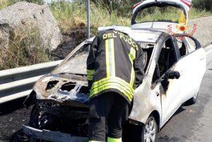 Auto in transito avvolta dalle fiamme, illeso il conducente
