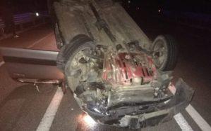 Fiat Panda si ribalta nella notte a Gagliato, due feriti gravi