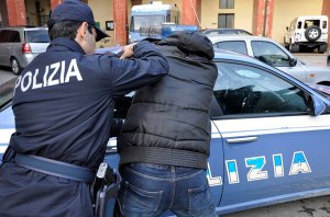 Tenta di spruzzare sangue con siringa ad agenti di polizia, arrestato