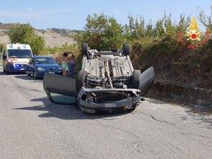 Auto si ribalta nel catanzarese, feriti due giovani