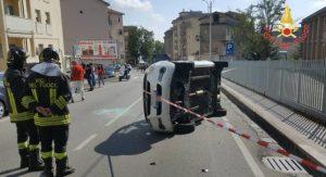 Incidente a Catanzaro, auto si ribalta. Due persone in ospedale