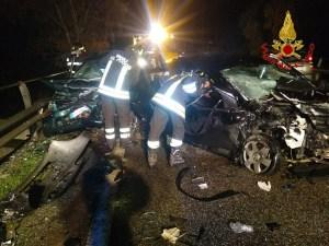 Violento scontro frontale tra due auto, un morto e un ferito