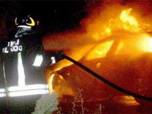 In fiamme l'auto di una 20enne, indagini sulle cause