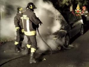 Auto in corsa prende fuoco, intervento dei Vigili del Fuoco