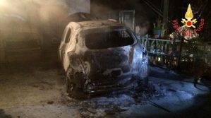 Auto distrutta dalle fiamme nella notte, indagini in corso