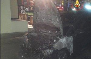 Auto in fiamme nella notte, indagini della Polizia
