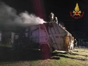 Autocompattatore in fiamme nella notte, indagini dei carabinieri