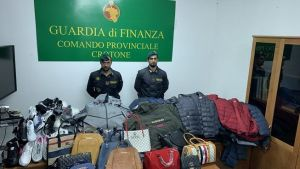 Abbigliamento e accessori contraffatti, denunciate sei persone