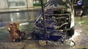 Auto in fiamme con bimbi a bordo, miracolosamente illesi