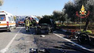 Violento scontro tra due auto in un rettilineo, tre feriti