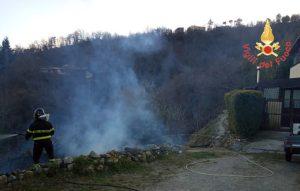 Incendio di arbusti e macchia mediterranea nel catanzarese