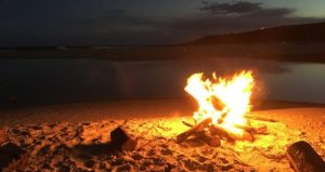 Ustionato dal falò sulla spiaggia? Il Comune paga i danni perché non ha rimosso le braci ardenti nascoste sotto la sabbia
