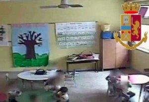 Botte e offese ai bimbi, clima di terrore in una scuola calabrese. Arrestate maestra e bidella