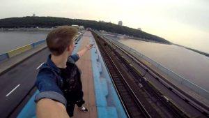 Un ragazzo è morto folgorato a 15 anni per farsi un selfie sul tetto di un treno