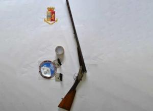 Nascondeva arma e droga in appartamenti, 56enne arrestato