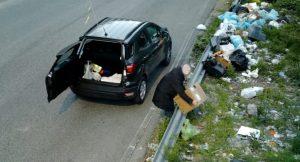 Lascia sacchetti, scatole e rifiuti sul ciglio della strada. Fotografato e multato