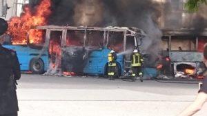 Soverato – In fiamme tre autobus in sosta, molti danni nessun ferito