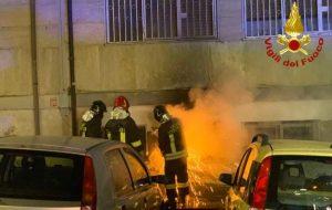 Magazzino in fiamme nella notte, intervento dei vigili del fuoco