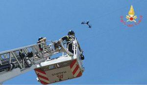 Drone resta impigliato nei cavi dell'alta tensione, recuperato e sequestrato