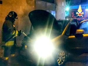 Auto in fiamme nella notte a Lamezia Terme