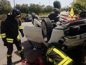 Violento scontro tra auto, due feriti