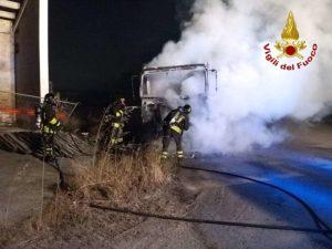 Camion in fiamme, intervento dei vigili del fuoco