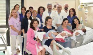 Dieci parti in una notte a Catanzaro, la foto di mamme e neonati al Pugliese