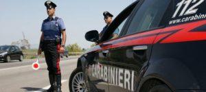 Non si ferma all'alt e cerca di investire i carabinieri, 61enne arrestato