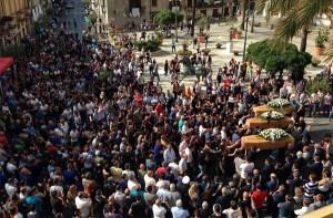 In 3000 ai funerali dei tre giovani vittime dell'incidente stradale all'alba di domenica scorsa