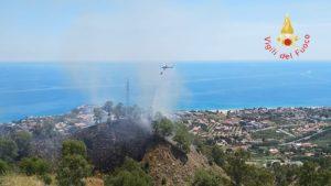 Incendio di arbusti e macchia mediterranea a Stalettì